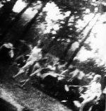 Image prise à AUschwitz-Birkenau par un Sonderkommando de victimes conduites à la chambre à gaz