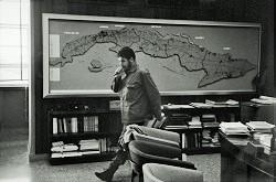 Photo de Che Guevara dans son bureau de La Havane en 1963 par René Burri