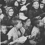 """Chinois attendant une distribution de nourriture durant la famine du """"Grand bond en avant"""""""
