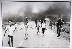 Copie de la photo de Nick Ut montrant une petite fille brûlée au Napalm sur la route de Trang Bang le 8 juin 1972