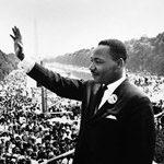 Martin Luther King saluant après son discours du 18 août 1963