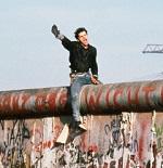 Photo de Peter Turnley montrant un jeune homme à cheval sur le mur de Berlin le 12 novembre 1989
