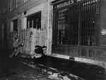 Photo par Gilles Caron d'un étudiant poursuivi par un policier en mai 1968