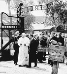 Jean-Paul II entrant au camp d'Auschwitz