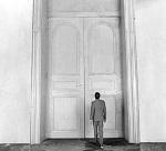 Photo de Joseph Kay devant la porte de la loi dans le film d'Orson Welles, Le Procès, d'après Franz Kafka