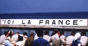 Français en attente sur le port d'Oran début juillet 1962